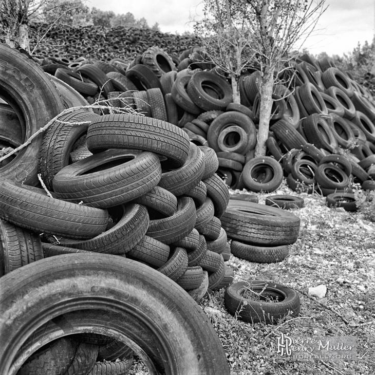 perspective de pneus usag s attendant le recyclage boreally. Black Bedroom Furniture Sets. Home Design Ideas