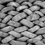 Sculpture d'un mur de pneus en N&B