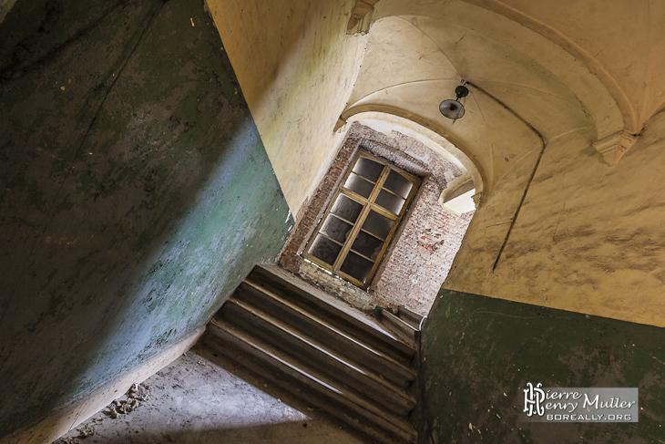 Couloir et escalier avec peinture bi couleur dans le monastère abandonné