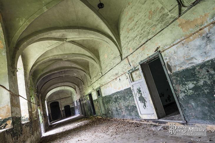 Couloir et voutes au monastère abandonné de Mechelen