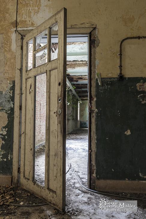 Porte d'une salle du monastère abandonné de Mechelen