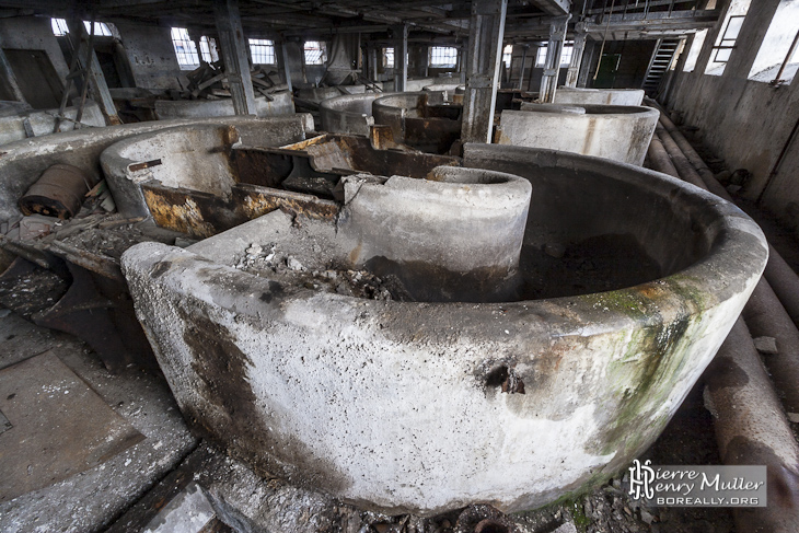 Bassins de brassage de la pâte à papier de la papeterie Darblay