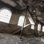 Escalier dans un bâtiment à fenêtres de la papeterie Darblay