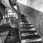 Escalier dans un bâtiments de la papeterie Darblay en noir et blanc