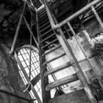Escalier métallique à la papeterie Darblay en noir et blanc