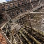 Passerelle inter bâtiments de la papeterie au dessus de la rivière en portrait