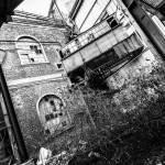 Passerelles inter niveaux des bâtiments de la papeterie Darblay en noir et blanc