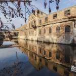 Reflet d'un bâtiment de la papeterie Darblay sur la rivière Essonne