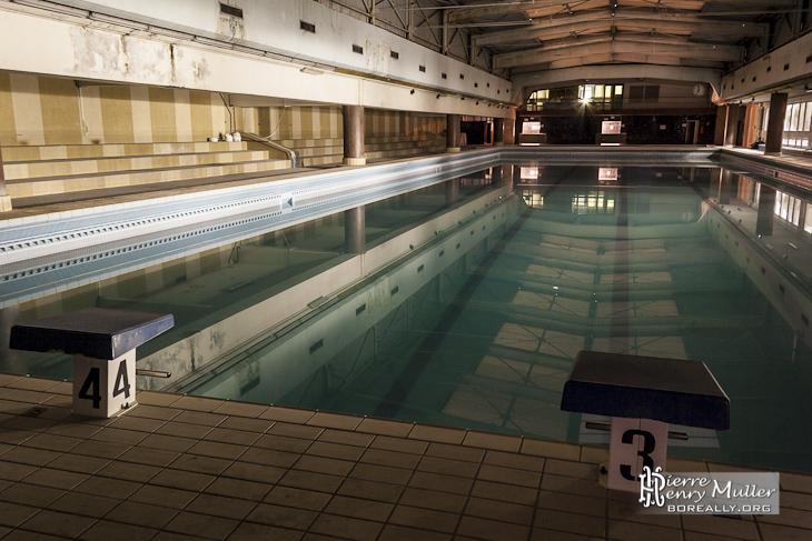 Bassin principal et toit coulissant de la piscine Keller à Paris