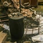 Bidons d'acide renversés au sol dans le hangar de maintenance à SAFEA