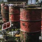 Bidons rouge en tôle rouillé à l'usine SAFEA