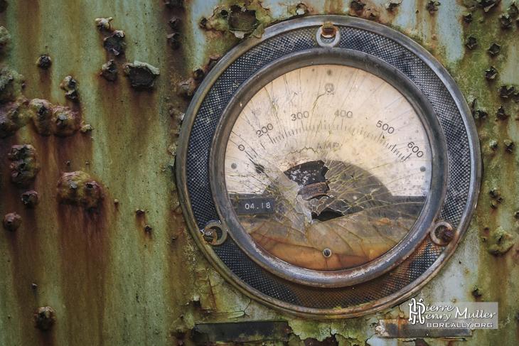 Cadran rouillé de pression hydraulique en millibars à l'usine SAFEA