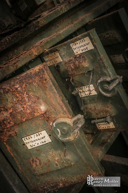 Casiers rouillés de rangement de pièces de rechange à l'usine SAFEA
