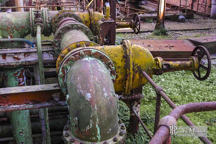 Circuit hydraulique rouillé avec des robinets vannes à brides à l'usine SAFEA