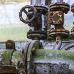 Dégradé de couleur entre la rouille et la mousse sur ces canalisations à l'usine SAFEA