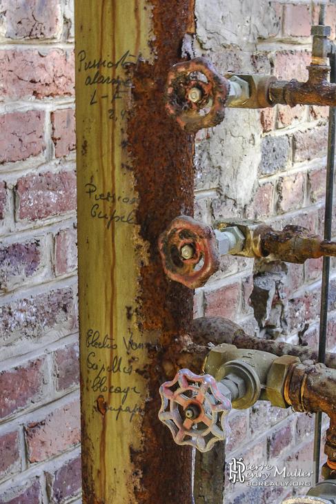 Ecriture manuscrite indiquant la fonction des robinets vannes à l'usine SAFEA