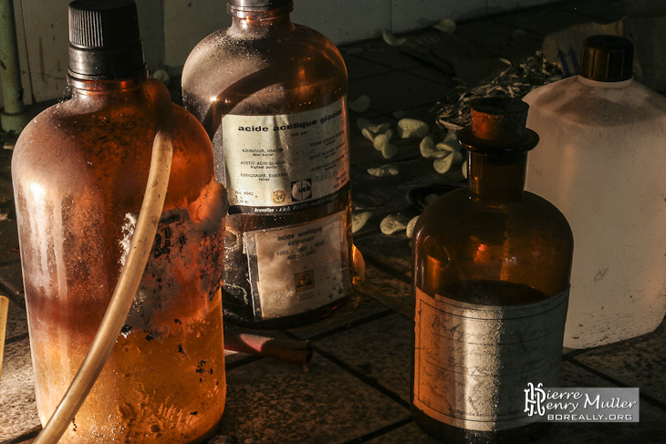 Flacons de produits chimiques dans la laboratoire de chimie à l'usine SAFEA