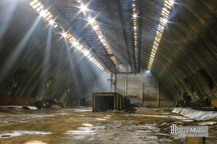 Hangar de stockage avec rayons lumineux du soleil à SAFEA