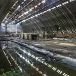 Hangar de stockage aux multiples fenêtres et son reflet à l'usine SAFEA