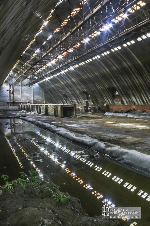 Hangar de stockage aux multiples fen tres et son reflet for Fenetre hangar