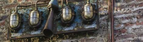 ...Ce vieux panneau rouillé donnait l'alarme de façon visuelle et sonore en cas d'incident sur les machines de l'usine....