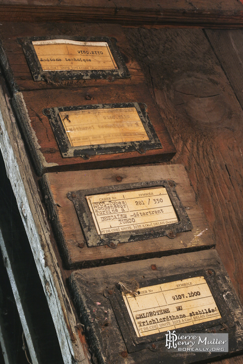 Panneau en bois avec étiquette fait à la machine à écrire à l'usine SAFEA
