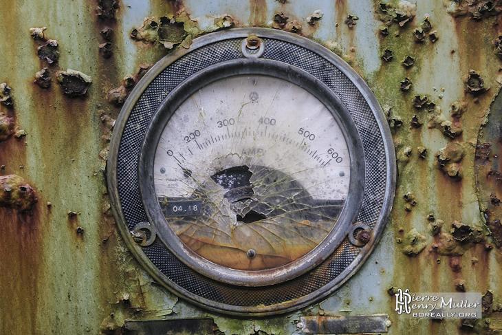 Panneau de contrôle avec cadran de pression hydraulique à l'usine SAFEA