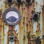 Panneau de contrôle rouillé avec cadran voltmètre à l'usine SAFEA