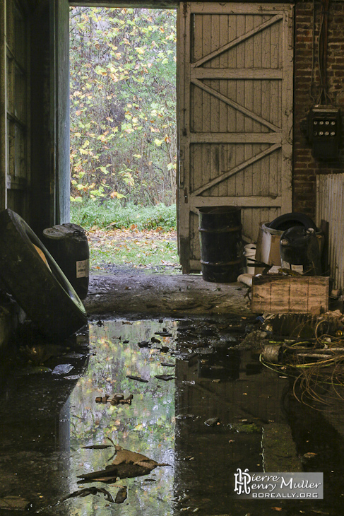 Porte d'entrée du hangar de maintenance baignant dans l'acide renversé à l'usine SAFEA