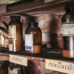 Produits chimiques rangés sur une étagère enbois au laboratoire de chimie de l'usine SAFEA