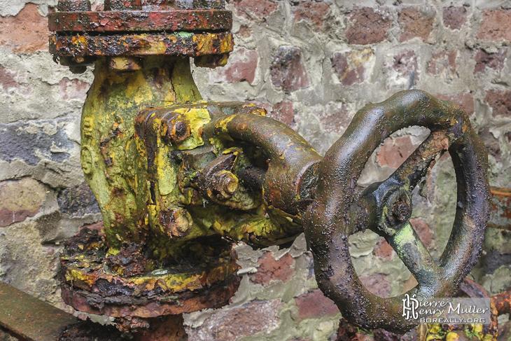 Robinet vanne hydraulique rouill avec peinture jaune l for Peinture couleur rouille