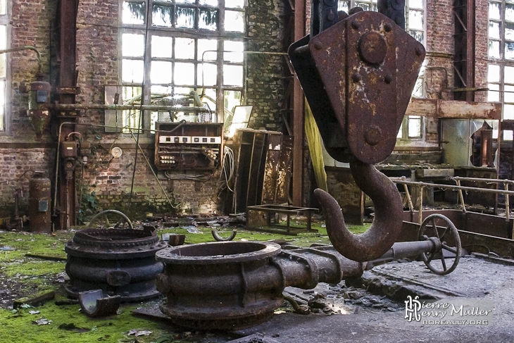 Robinets vannes et poulie de pont roulant sur fond de friche industrielle à l'usine SAFEA