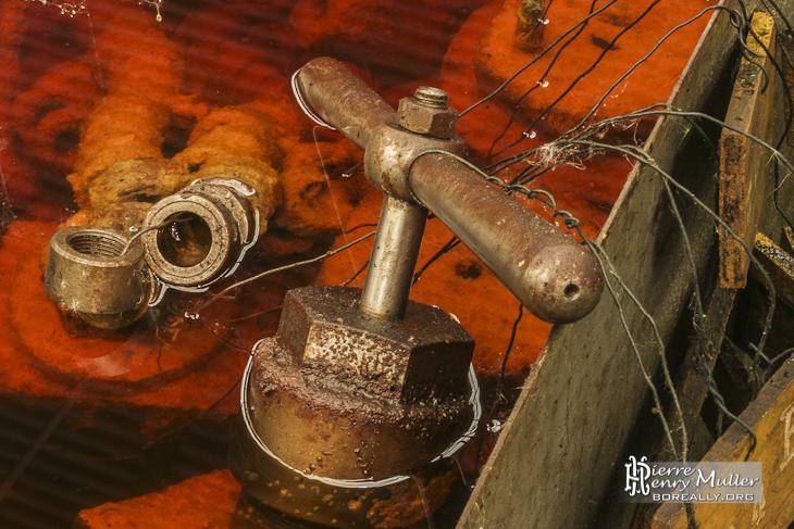 Roulement à billes et robinet hydraulique dans un bain d'acide de décapage à l'usine SAFEA
