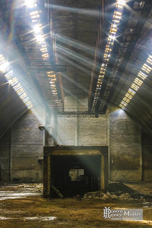 Symétrie d'un hangar de stockage avec rayons lumineux du soleil à SAFEA