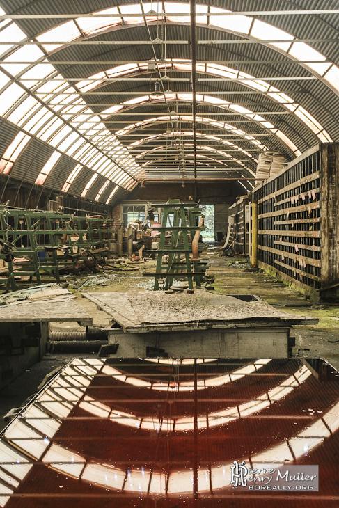 Symétrie et reflet du hangar de l'atelier de maintenance des pièces industrielles à l'usine SAFEA