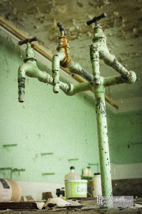 Triple robinet d'eau dans la laboratoire de chimie de l'usine SAFEA