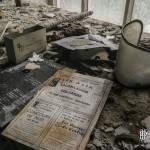 Vieux journal et masque de protection dans le laboratoire de chimie de l'usine SAFEA