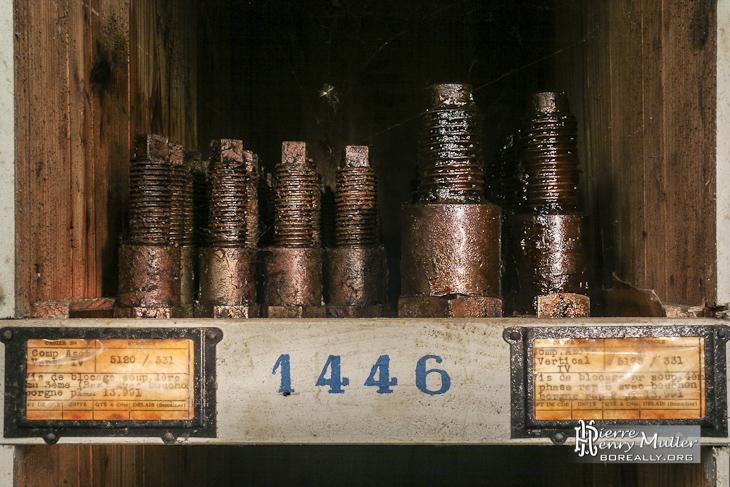 Vis de blocage rangées sur une étagère avec leurs étiquettes à l'usine SAFEA