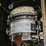 Ancien wattmètre à aiguille sur un vieux tableau électrique