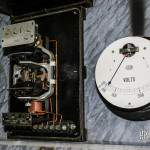 Compteur électrique à aiguilles et voltmètre sur le panneau électrique du sanatorium