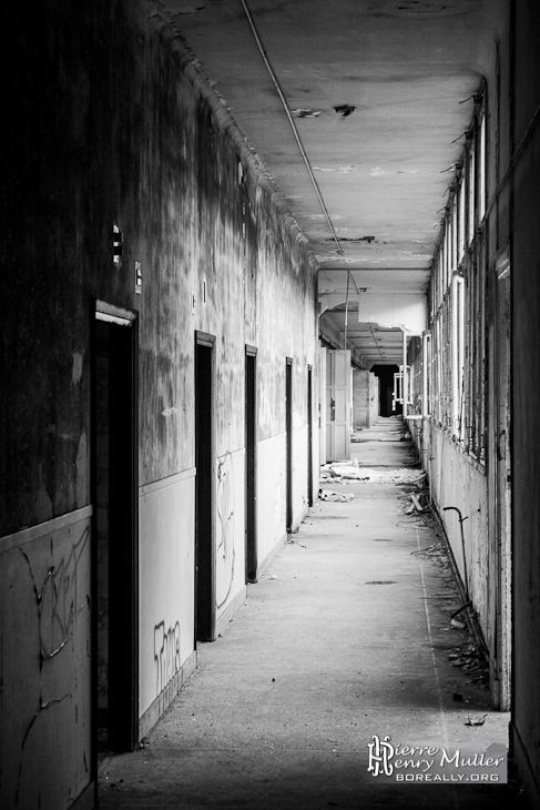 Couloir du sanatorium du Vexin en noir et blanc