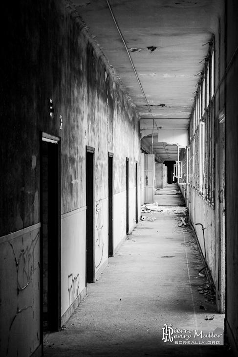 Couloir du sanatorium du vexin en noir et blanc boreally - Couloir noir et blanc ...
