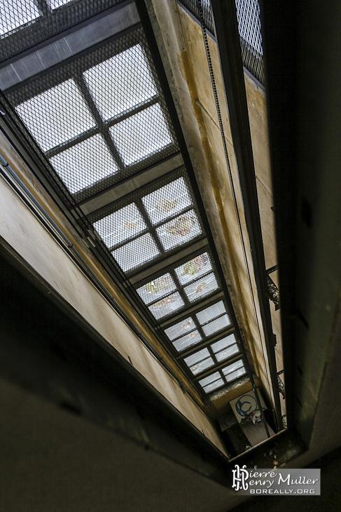 Vitres carrées caractéristiques des bâtiments du sanatorium du Vexin