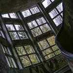 Vue intérieure de la cage d'escalier aux vitres carrées du sanatorium du Vexin