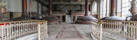 ...Salle principale de la Brasserie Stella Artois, la décoration est assez soigné notamment sur les rampes d'escalier....