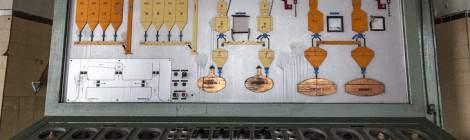 Panneau de contrôle avec schéma du brassage des cuves à bière à Stella Artois.