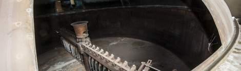 ...Mécanismes actionnant les peignes d'une cuve de brassage de bière à Stella Artois....