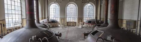 La salle des cuves de brassage vue en symétrie à la Brasserie Stella Artois.