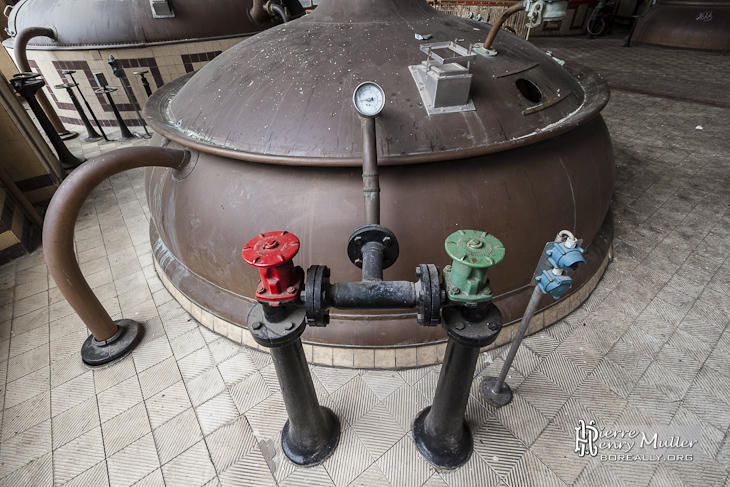 Vannes de contrôles d'une cuve de brassage de bière à Stella Artois