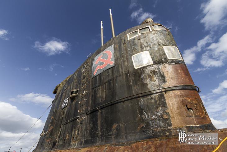 Emblèmes faucille et marteau sur le massif du sous-marin russe